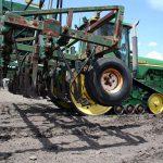 准备耕地并播种小米种子