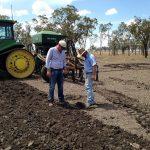 クエンティンとロブさんが作付けに土壌の水分をチェック