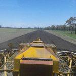 从拖拉机里面朝后看种子箱的画面