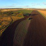 ドローンから撮影: 小麦の作付けに取り掛かるロブさん