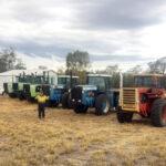 農作業機械の前に立つダニー