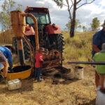 囲い地の施肥作業でもパパとおじいちゃんのお手伝い